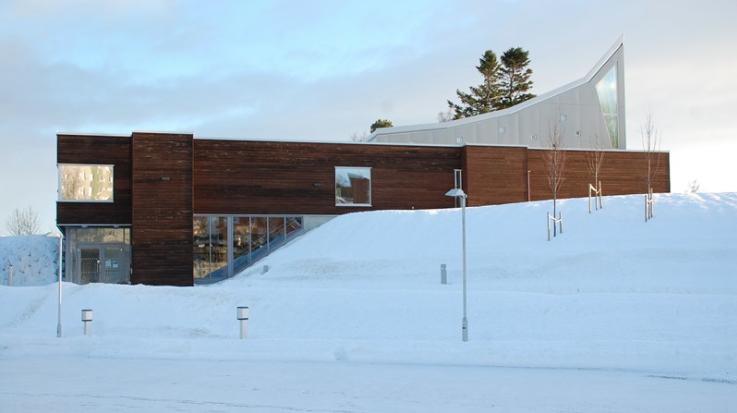Sverresborg Kirkesenter, en moderne bygning omringet av snø